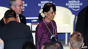 aung san suu kyi llega al foro económico del este de asia