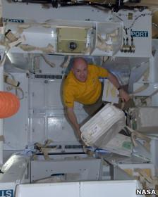 فضانورد در کپسول دراگون