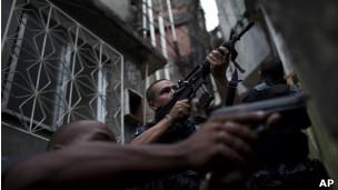 Polícia Militar do Rio durante patrulha na favela da Rocinha. Foto: AP
