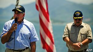El secretario de Defensa de Estados Unidos, Leon Panetta, en Vietnam