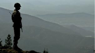 سرباز پاکستانی در مرز با افغانستان