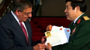 Hai bộ trưởng quốc phòng Mỹ-Việt trao đổi kỷ vật chiến tranh