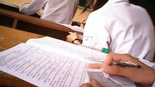 Chép tài liệu công khai trong phòng thi (ảnh lấy từ video clip)