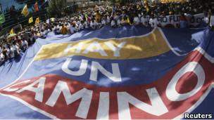 Milhares participam de passeata pró-Capriles em Caracas neste domingo