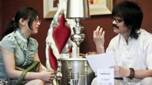 Astrólogo avalia candidata em concurso que vai selecionar esposas para milionários na China