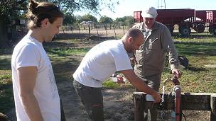 Alejo Pérez Carrera trabajando en pozo contaminado. Gentileza Dr.Alejo Pérez Carrera