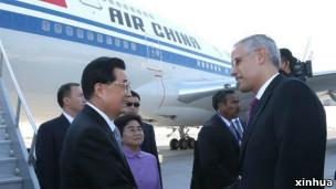 中国国家主席胡锦涛抵达墨西哥出席峰会