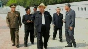 Hình ảnh thoải mái của Kim Jong-un trên truyền hình Bắc Hàn