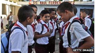 Niños cubanos en la escuela
