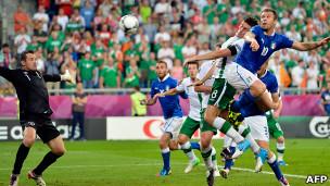 Antonio Cassano mencetak gol untuk Italia lewat sundulan kepalanya.