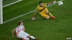 Iker Casillas berhasil menangkis sundulan Ivan Rakitic, yang dalam berada dalam posisi bebas.