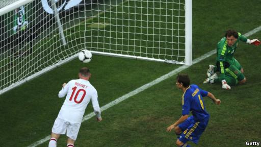 Rooney menyundul bola ke gawang Ukraina, memanfaatkan tendangan silang Gerrard.