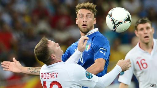 Wayne Rooney rebutan bola dengan Claudio Marchisio