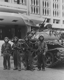 Bùi Quang Thận ngày 30/4/1975 (cầm cờ)