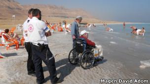 Paciente Semion Lerner conhece o Mar Morto (Foto Magen David Adom)