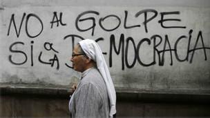 Freira passa em frente a grafite em Assunção Foto REUTERS/Jorge Adorno