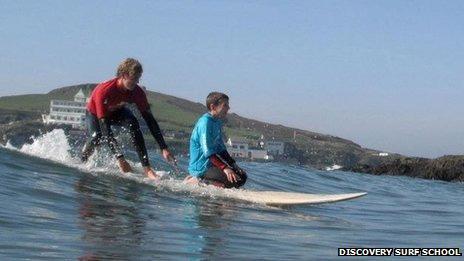 Archie Pollock durante sua aula de surfe (Foto: Discovery Surf School)