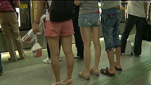 Usuárias do metrô de Xangai afirmam que seriam assediadas não importa a roupa que usem (BBC)