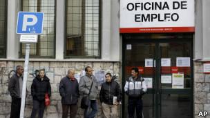 Fila para agência de desemprego em Madri. | Foto: AP