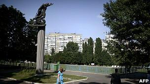 Estatua a la entrada del estadio en la que un jugador ucraniano derrota al símbolo del águila del Tercer Reich