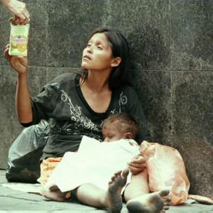 Mujer pidiendo dinero en las calles de Venezuela