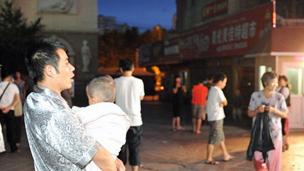 乌鲁木齐市日月星光居民在空旷地带躲避地震(30/06/2012,新疆网照片)