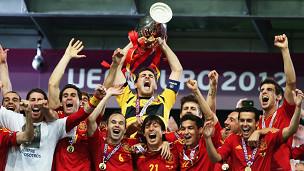 Casillas levanta otro título para España.