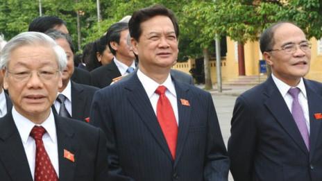 Tổng Bí thư Nguyễn Phú Trọng (trái), Thủ tướng Nguyễn Tấn Dũng và Chủ tịch Quốc hội Nguyễn Sinh Hùng (phải)
