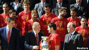 Rei Juan Carlos e seleção da Espanha | Crédito da foto: Reuters