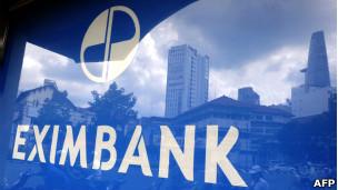 Khu tài chính ở tp Hồ Chí Minh phản chiếu vào kính của một ngân hàng