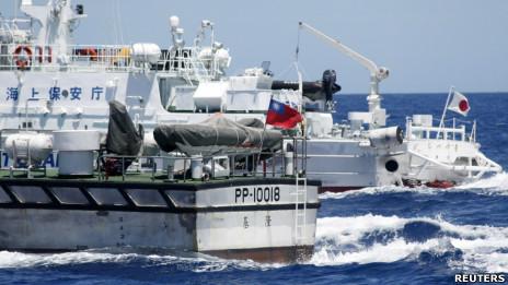台湾海巡署船艇(前)与日本海上保安厅船艇(后)在钓鱼岛附近海域互相追逐(4/7/2012)