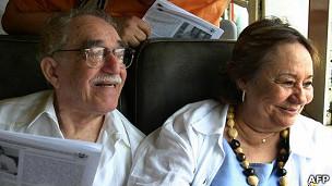 Gabriel García Márquez e sua esposa, Mercedes. | Foto: AFP