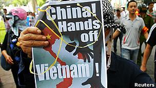 越南民众周日(8日)走上首都河内街头抗议