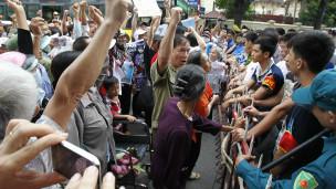 Người biểu tình bị ngăn lại trước Đại sứ quán Trung Quốc
