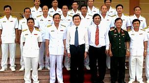 Chủ tịch Trương Tấn Sang chụp ảnh chung với các sỹ quan Vùng 3 Hải quân
