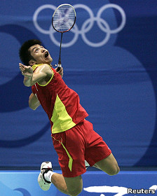 Atleta chino Lin Dan durante un entrenamiento de bádminton en Pekín 2008