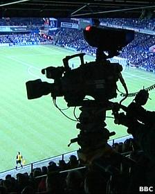 Cámara de la BBC durante un partido de fútbol