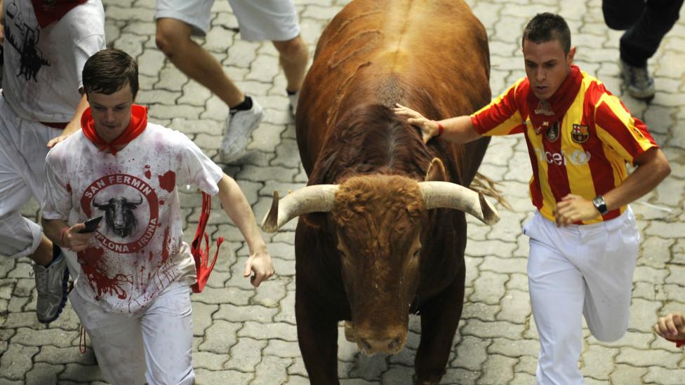 Fiesta De San Fermin : Tradisi Adu Banteng Di Pamplona,spanyol [ www.BlogApaAja.com ]