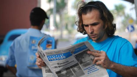 Cubano leyendo el diario