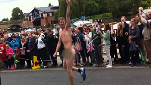 Homem usava apenas tênis e meia quando invadiu desfile (BBC)