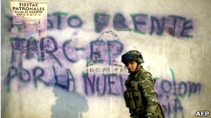 Soldado colombiano frente a una pinta a favor de las FARC