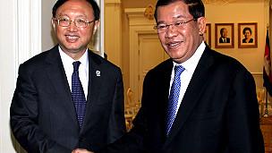 Dương Khiết Trì gặp Hun Sen bên lề Hội nghị Asean ở Phnom Penh