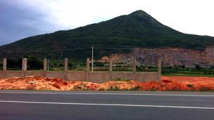 Khu đất đã được công ty TQ san bằng (ảnh của báo Tuổi Trẻ)