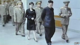 Kim Jong-un con la misteriosa mujer