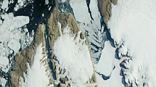 Imagens de satélite mostraram quando bloco se desprendeu da geleira Petermann (BBC)