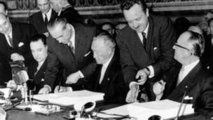 Католик Конрад Аденауер підписує Римську угоду від імені Німеччини