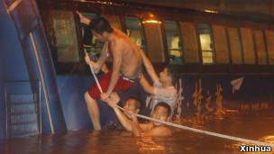 双层公共汽车被积水围困。