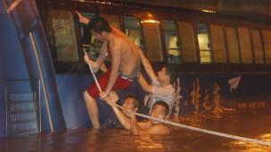 Người dân Bắc Kinh sơ tán trong lũ