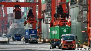 Barcos y camiones en el puerto de Tokio
