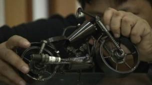 Artista filipino Mario Mallari faz arte de ferro velho